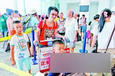 """厦门 王协云/7月14日,""""***星""""号邮轮靠泊厦门邮轮码头,游客正在排队登..."""