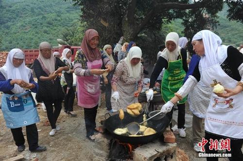 نساء قومية هوي المسلمة يقدمن الأطعمة الحلال للمتضررين فى زلزال لوديان