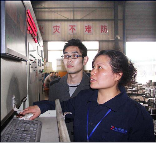 新筑公司党员向阳在电脑前对工艺的设定与监控进行操作