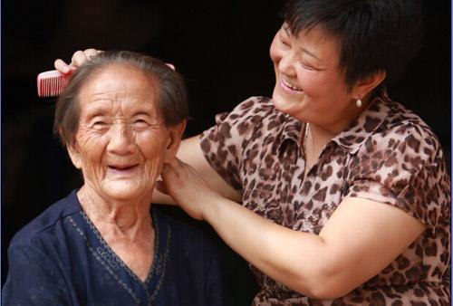仙市镇马丘村支部书记陈燕正在为孤寡老人梳头