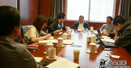 剧组在重庆市移民局听取相关领导介绍新三峡情况
