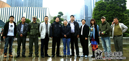 剧组与重庆市移民局、涪陵区移民局领导在涪陵锦绣广场留影