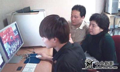 本文作者(中)与导演艾辛(右)在进行《战友后期制作