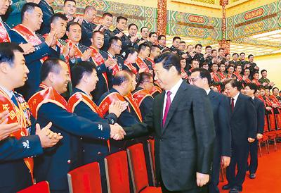 10月28日,党和国家领导人习近平、李克强、刘云山等在北京人民大会堂会见全国公安机关爱民模范集体代表和爱民模范。这是习近平在会见时发表重要讲话。新华社记者 鞠鹏 摄