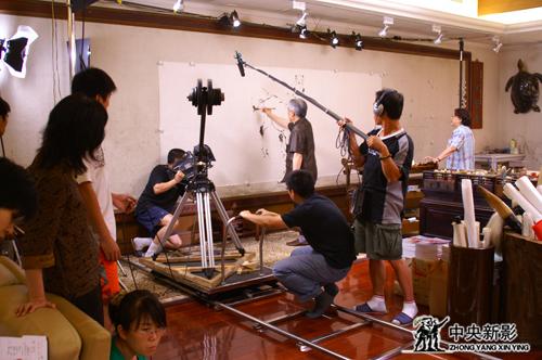 《范曾》摄制组拍摄现场:范曾在作画