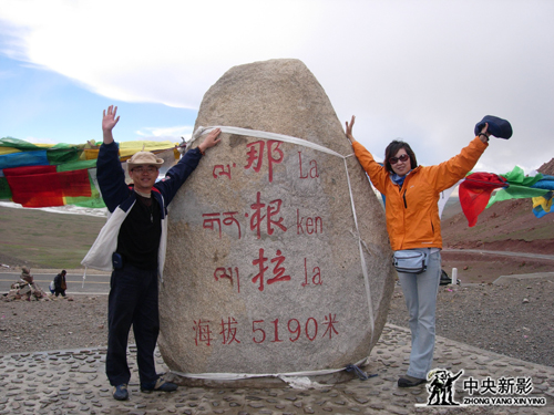 《西藏往事》摄制组在海拔5190米山口拍摄