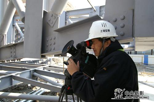 费小平在世博会场馆建设工地