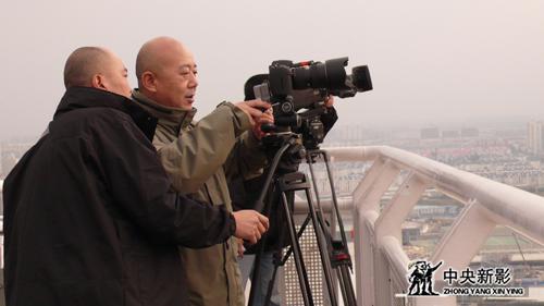 摄制组在卢浦大桥顶部观光层进行特技拍摄.JPG