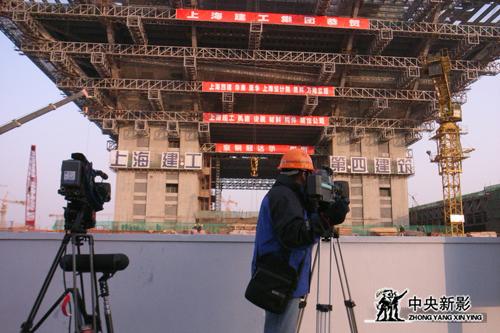 摄制组在拍摄世博会中国馆