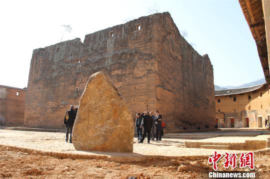 林国华特别指出,正因是皇族后裔,为保障安全,土楼的修建就颇费心思,土楼内部是石砌的广场,分为楼心和外楼。