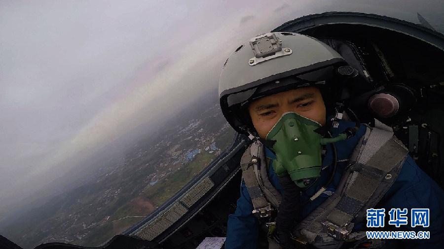 蒋佳冀驾驶战机升空,直奔目标空域展开空战训练。新华社发 刘应华 摄