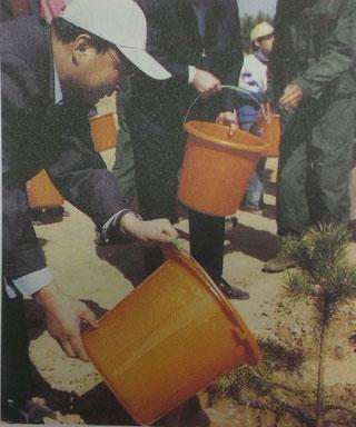 牛玉儒参加义务植树。
