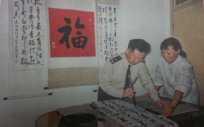 杨业功和妻子在一起。