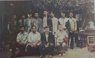 杨善洲与林场职工。