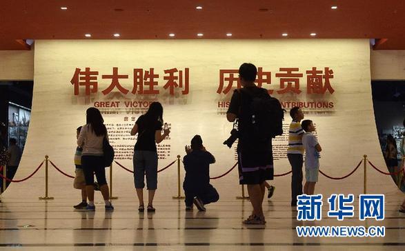 8月29日,游客在中国人民抗日战争纪念馆参观。 9月3日中国人民抗日战争胜利纪念日即将到来,北京市卢沟桥、宛平城、中国人民抗日战争纪念馆迎来大批游客参观游览,人们在观看战争旧址和战争展品中铭记这段历史,缅怀先烈。 新华社记者 彭昭之 摄