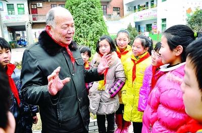 """""""编外雷锋团""""团长宋清梅给邓州市城区第六小学的学生讲雷锋的故事。"""