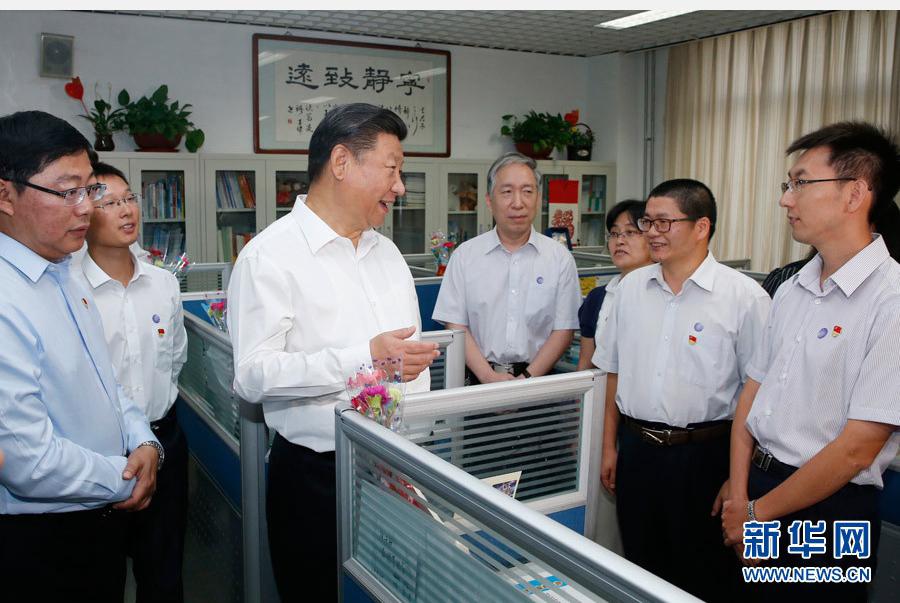 9月9日,中共中央总书记、国家主席、中央军委主席习近平来到北京市八一学校,看望慰问师生,向全国广大教师和教育工作者致以节日祝贺和诚挚问候。这是习近平在学校高中部教师集体办公室与教师亲切交谈。