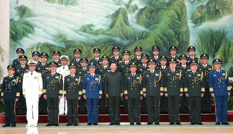 这是习近平接见武汉联勤保障基地领导班子成员和各联勤保障中心主要领导,并同大家合影留念。