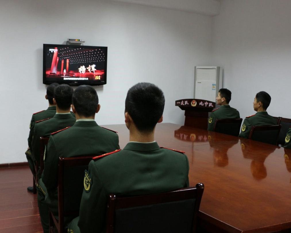 党员、入党积极分子观看《榜样》。武警北京一支队九中队供图
