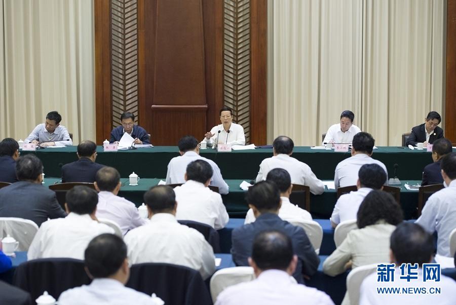 11月7日至9日,中共中央政治局常委、国务院副总理张高丽在云南调研。这是11月9日,张高丽在景洪市主持召开座谈会,学习贯彻党的十八届六中全会精神,听取地方和企业对绿色发展和经济工作的意见建议。