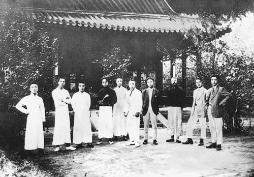 1919年7月,王光祈、李大钊等发起组织少年中国学会。图为1920年周年纪念时部分会员在北京岳云别墅的合影。右起:二为黄日葵,三为李大钊,七为张申府,九为邓中夏。