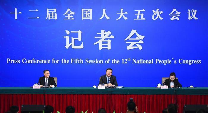 """3月9日,十二届全国人大五次会议新闻中心举行记者会,邀请环保部部长陈吉宁就""""加强生态环境保护""""的相关问题回答中外记者的提问。"""