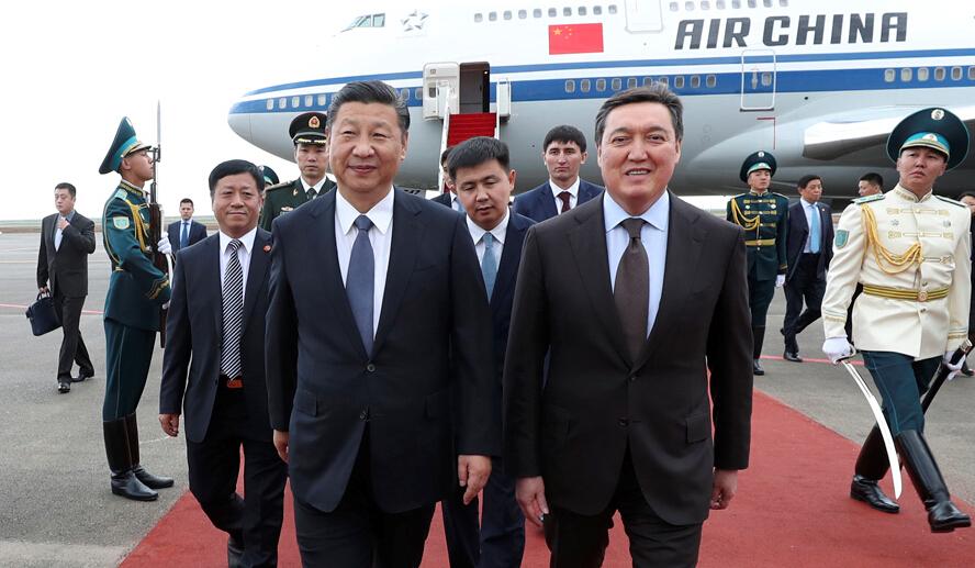 6月7日,国家主席习近平乘专机抵达哈萨克斯坦共和国首都阿斯塔纳,开始对哈萨克斯坦共和国进行国事访问并出席上海合作组织成员国元首理事会第十七次会议和阿斯塔纳专项世博会开幕式。习近平在机场受到哈萨克斯坦第一副总理马明等热情迎接。