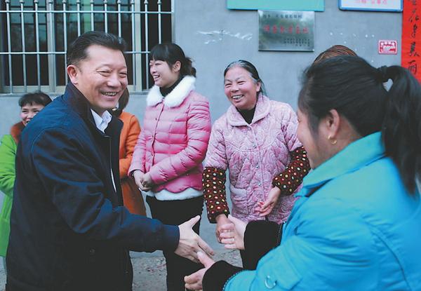 2015年2月20日正月初二,廖俊波(左一)在政和县松源村慰问群众。 李左青 图