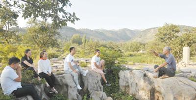 图为裴春亮(右三)带领党员干部走进大山,听老党员讲述红色故事。资料照片