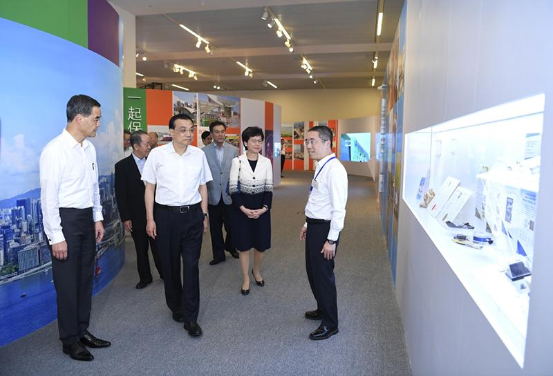 6月25日,中共中央政治局常委、国务院总理李克强在国家博物馆参观香港回归祖国20周年成就展。
