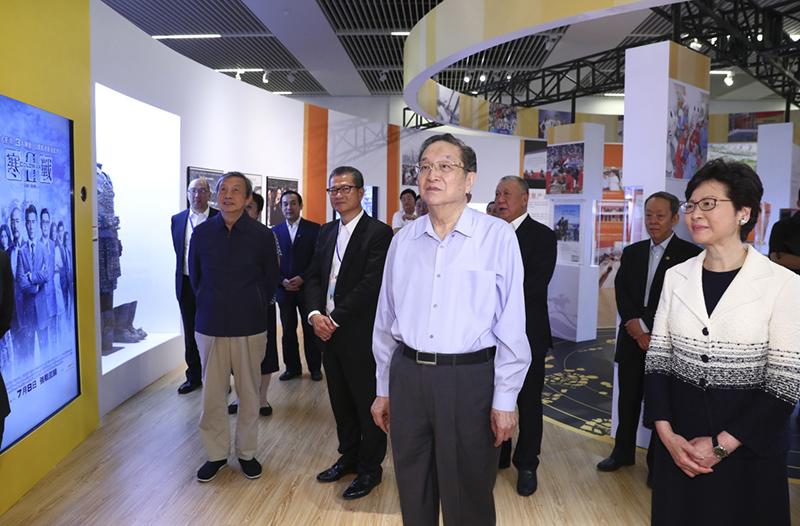 6月26日,中共中央政治局常委、全国政协主席俞正声在国家博物馆参观香港回归祖国20周年成就展。