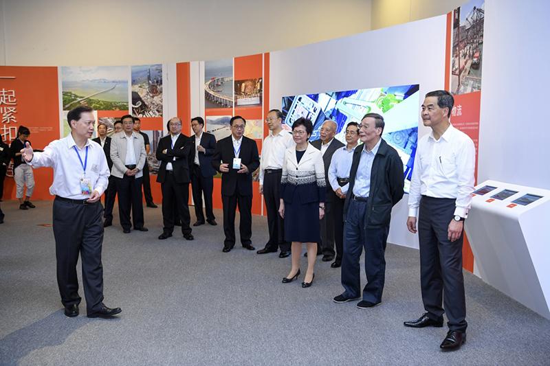 6月26日,中共中央政治局常委、中央纪委书记王岐山在国家博物馆参观香港回归祖国20周年成就展。