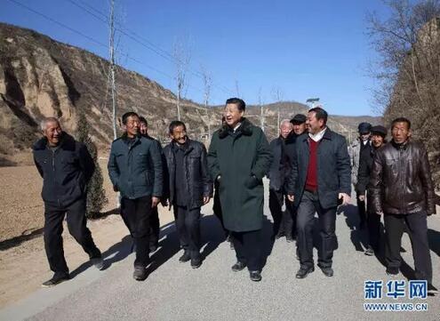 2015年2月13日上午,习近平在延安市延川县文安驿镇梁家河村看望村民,并就老区脱贫致富进行实地调研。