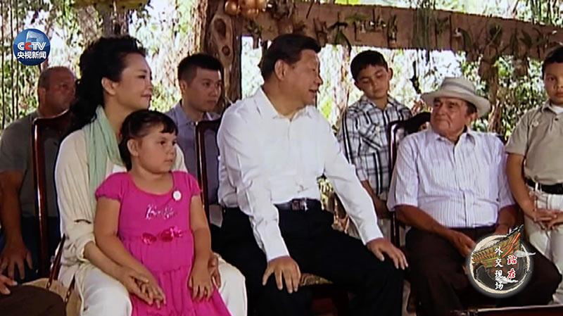 2013年6月3日 哥斯达黎加 埃雷迪亚省 习近平走访圣多明哥小镇农户