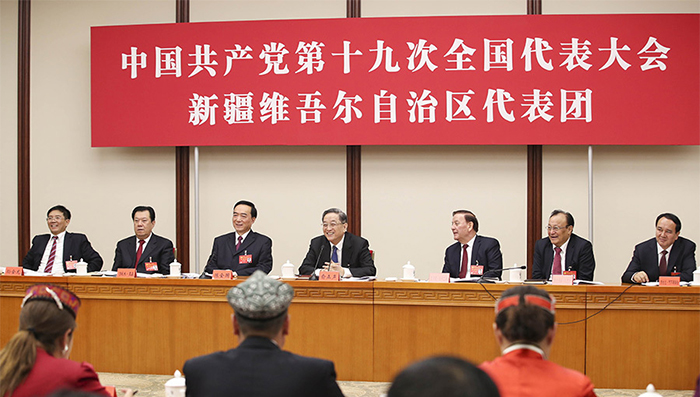 10月18日,俞正声同志参加党的十九大新疆代表团讨论。记者 谢环驰 摄