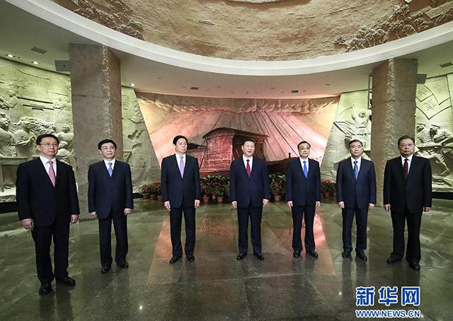 2017年10月31日,习近平带领中共中央政治局常委在浙江嘉兴南湖边瞻仰红船。