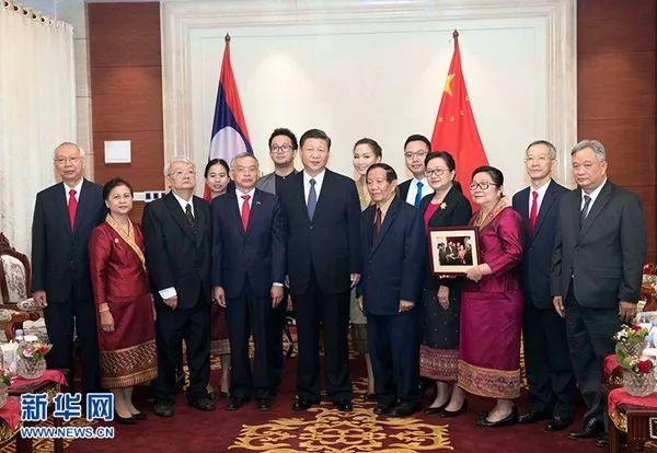 2017年11月14日,习近平在万象下榻饭店会见老挝奔舍那家族友人。