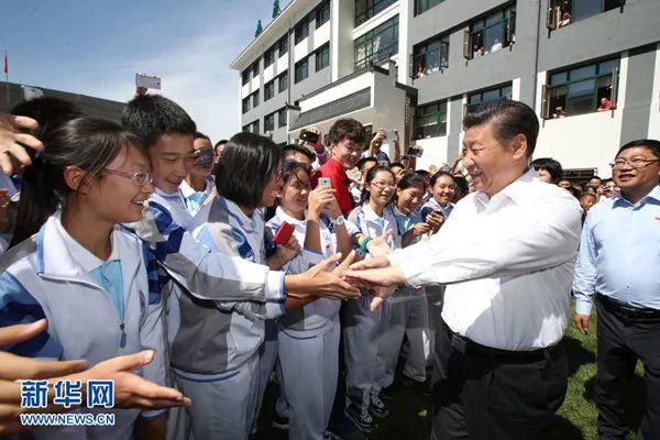 2016年9月9日,习近平来到北京市八一学校,看望慰问师生,向全国广大教师和教育工作者致以节日祝贺和诚挚问候。这是习近平离开学校时与教师和学生依依惜别。