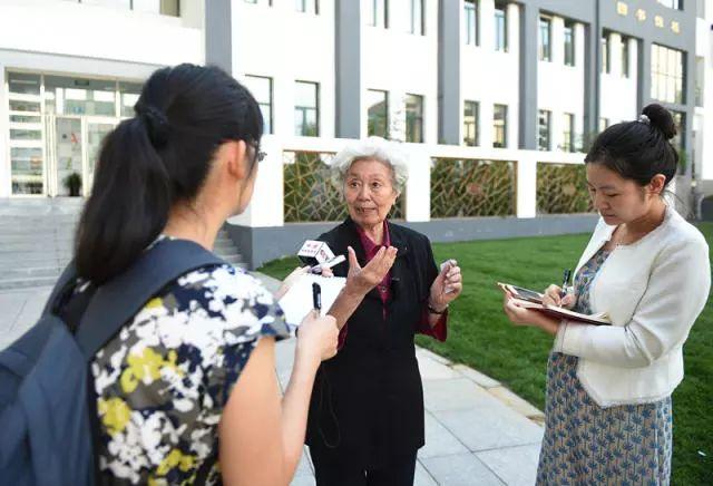 图为陈秋影老师接受记者采访。