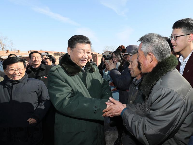 2017年1月24日习近平在张北县小二台镇德胜村看望慰问村民向乡亲们拜年。
