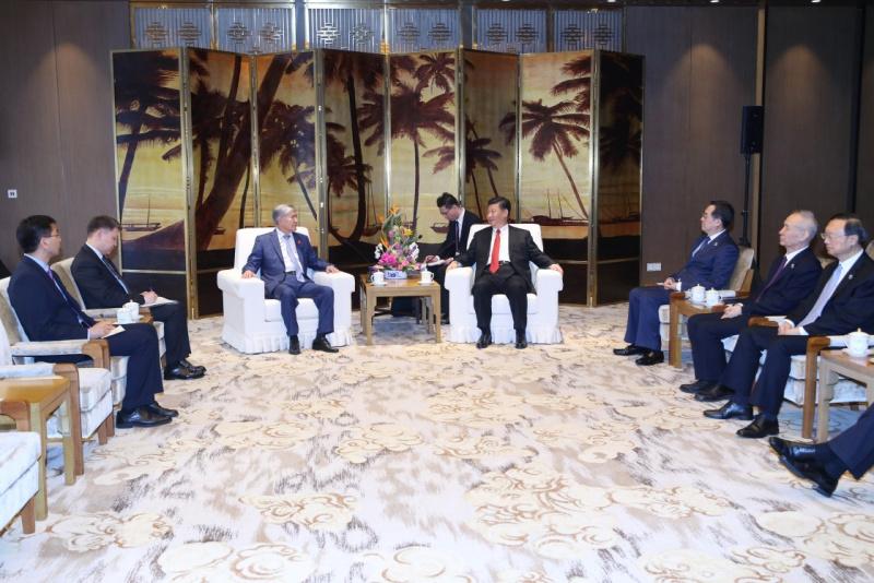 4月11日,国家主席习近平在海南省博鳌国宾馆会见来华出席博鳌亚洲论坛2018年年会的吉尔吉斯斯坦前总统阿坦巴耶夫。