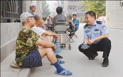 图为吕建江(右一)在与居民谈心。