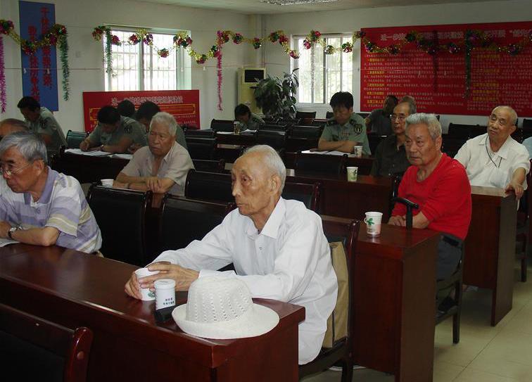 干休所每次上党课,周智夫(前排右)都坐在第一排听讲(2011年6月8日摄)。