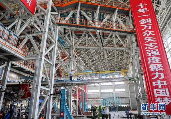 在位于上海浦东机场区域的中国航空工业飞机强度研究所内,工作人员在C919大型客机10001验证飞机的工作平台上作业(6月21日摄)。新华社记者 丁汀 摄