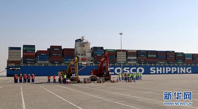 """这是2017年11月5日,在阿拉伯联合酋长国阿布扎比,中远海运港口有限公司举行中远海运港口阿布扎比码头正式动工暨场站租赁签约仪式,标志着中国和阿联酋""""一带一路""""项目建设取得新进展。来源:新华社"""