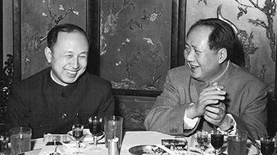1956年2月,毛泽东宴请全国政协委员,特地把钱学森安排在他身边。