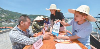 流动接访,纪委监委进村入户上渔排。新华社记者 宋为伟 摄