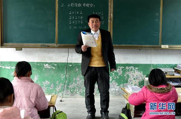 张玉滚在课堂上授课(3月20日摄)。新华社记者 李嘉南 摄