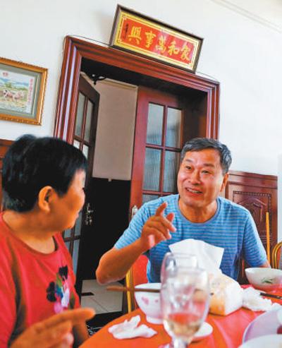 王贵武(右)在与抗洪烈士母亲一起就餐。李胜利 摄(人民视觉)