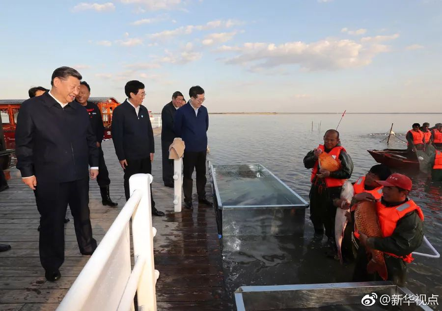 习近平总书记9月26日从齐齐哈尔赶赴吉林省松原市,到查干湖了解生态保护和渔民捕捞作业情况。